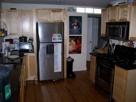 kitchen w/ stainless steel app